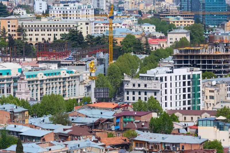 Η εναέρια άποψη και το χρυσό άγαλμα του ST George στην ελευθερία τακτοποιούν στο Tbilisi, Γεωργία στοκ φωτογραφίες με δικαίωμα ελεύθερης χρήσης