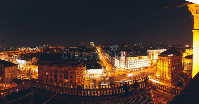 Η εναέρια άποψη στεγών του κέντρου της πόλης, στη νύχτα στοκ εικόνες