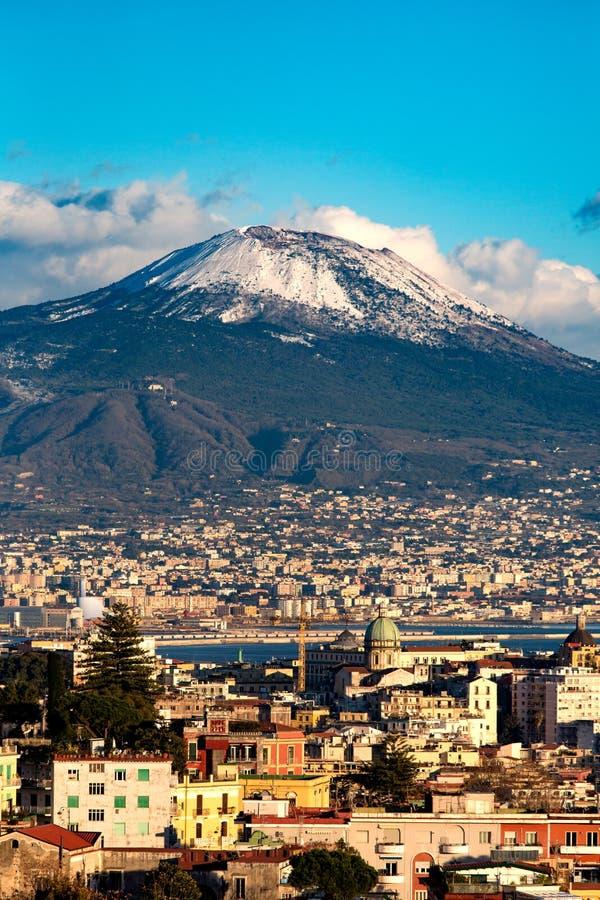 Η εναέρια άποψη της Νάπολης με το Βεζούβιο τοποθετεί με το χιόνι στοκ εικόνα