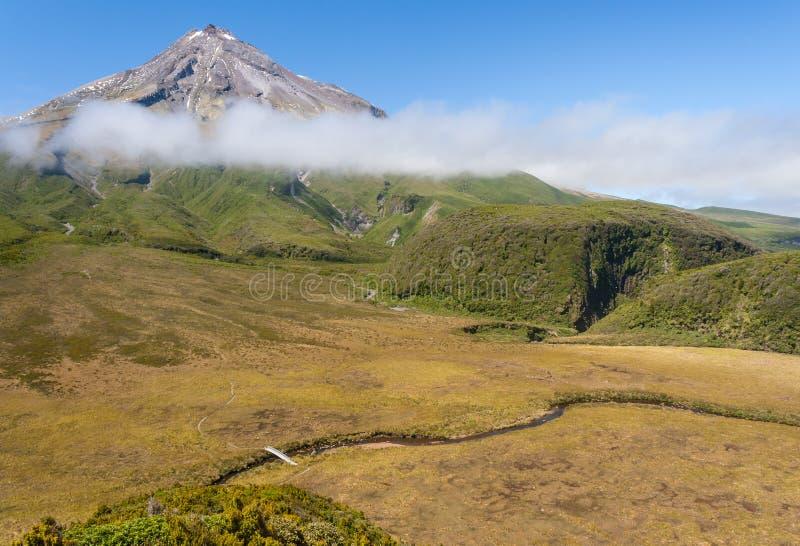 Η εναέρια άποψη του αρχαίου έλους κοντινή τοποθετεί Taranaki στο εθνικό πάρκο Egmont, Νέα Ζηλανδία στοκ εικόνες