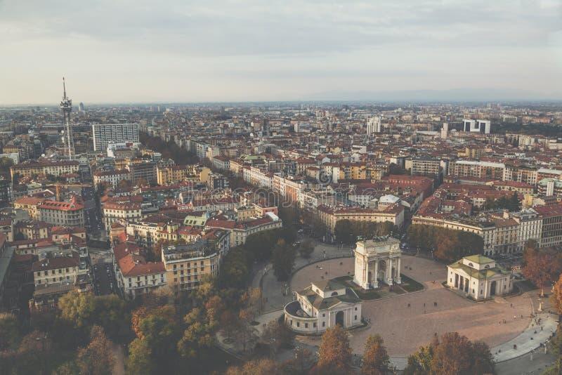 Η εναέρια άποψη Arco Della ειρήνης αψίδων του τρύού ρυθμών φαίνεται φίλτρο, Μιλάνο, Λομβαρδία, Ιταλία στοκ εικόνα