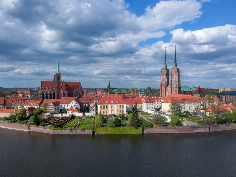 Η εναέρια άποψη Wroclaw: Ostrow Tumski, καθεδρικός ναός του ST John η βαπτιστική και συλλογική εκκλησία του ιερού σταυρού και του στοκ φωτογραφίες