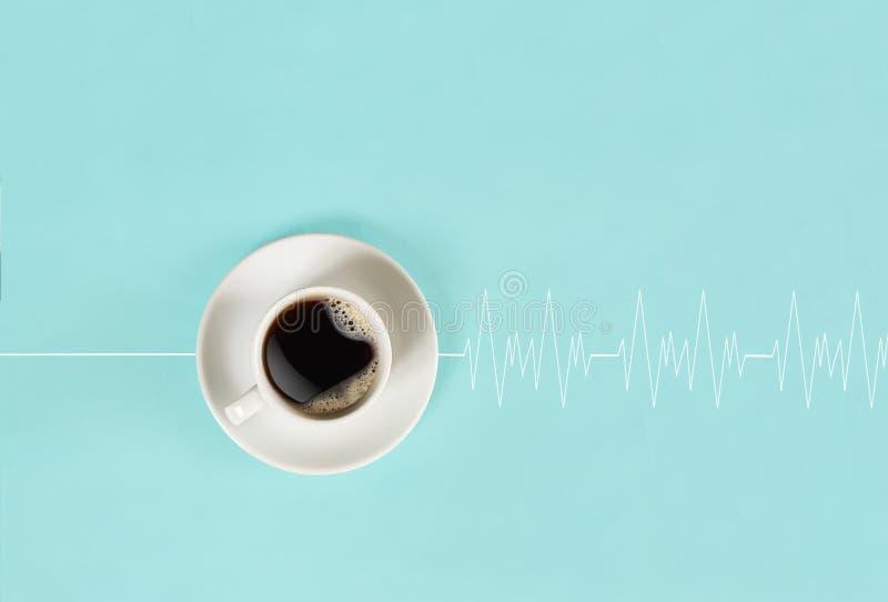 Η ενδυνάμωση του καφέ το πρωί ξυπνά το κεφάλι και αναγκάζει την καρδιά για να κτυπήσει στοκ φωτογραφία