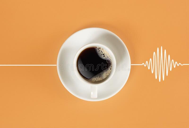 Η ενδυνάμωση του καφέ το πρωί ξυπνά το κεφάλι και αναγκάζει την καρδιά για να κτυπήσει στοκ εικόνες
