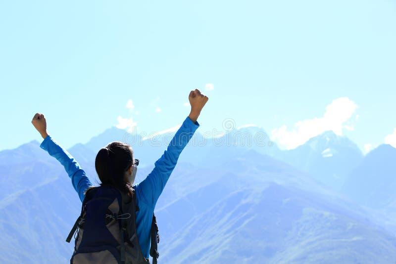 Η ενθαρρυντική πεζοπορία γυναίκα απολαμβάνει την όμορφη θέα στην αιχμή βουνών στο Θιβέτ, Κίνα στοκ εικόνα με δικαίωμα ελεύθερης χρήσης