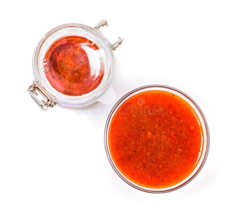 Η ενισχυμένη μαρμελάδα από τα φρέσκα μούρα της λευκαγκαθιάς η ζάχαρη σε ένα βάζο γυαλιού και ένα βάζο με τη μαρμελάδα στοκ εικόνες