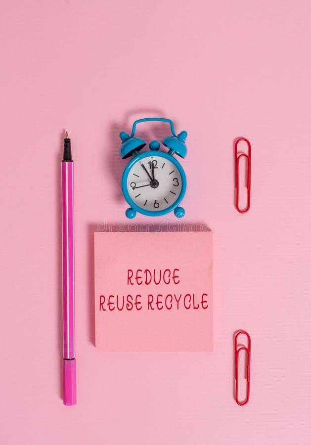 Η εννοιολογική παρουσίαση γραψίματος χεριών μειώνει την επαναχρησιμοποίηση ανακύκλωσης Environmentallyresponsible συμπεριφορά των στοκ εικόνες