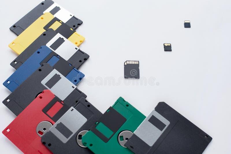 Η εξέλιξη της συσκευής αποθήκευσης ψηφιακών στοιχείων Δισκέτες εναντίον των μικρών καρτών μνήμης E στοκ εικόνα