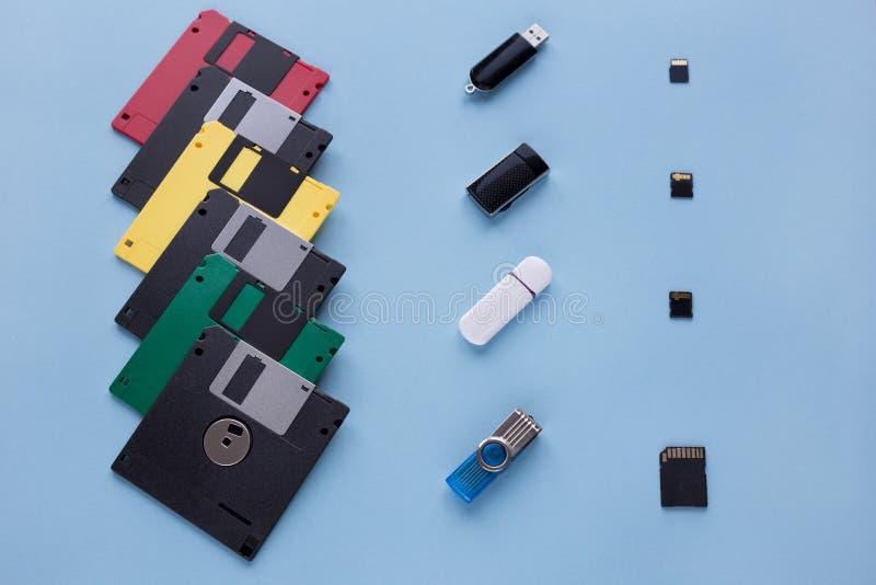 Η εξέλιξη της συσκευής αποθήκευσης ψηφιακών στοιχείων Δισκέτες, κινήσεις λάμψης και μικρές κάρτες μνήμης στοκ φωτογραφίες