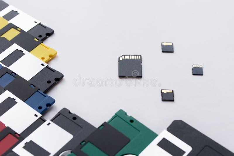 Η εξέλιξη της συσκευής αποθήκευσης ψηφιακών στοιχείων Δισκέτες εναντίον των μικρών καρτών μνήμης E στοκ φωτογραφίες με δικαίωμα ελεύθερης χρήσης