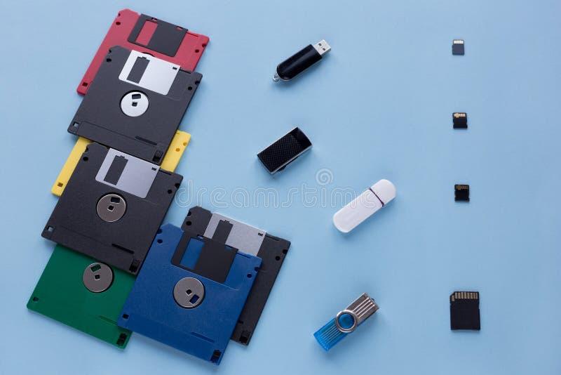 Η εξέλιξη της συσκευής αποθήκευσης ψηφιακών στοιχείων Δισκέτες, κινήσεις λάμψης και μικρές κάρτες μνήμης στοκ εικόνες