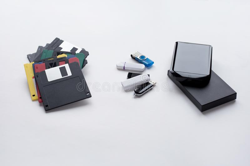 Η εξέλιξη των ψηφιακών συσκευών για τη μεταφορά και την αποθήκευση των πληροφοριών r στοκ φωτογραφία με δικαίωμα ελεύθερης χρήσης