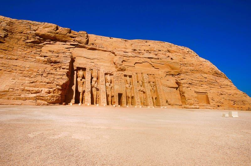 Η εξωτερική άποψη του ναού που αφιερώθηκε σε Pharaoh Ramsesses δεύτερο ` s τη βασίλισσα Nefertari, οι δίδυμοι ναοί χαράστηκε αρχι στοκ φωτογραφίες