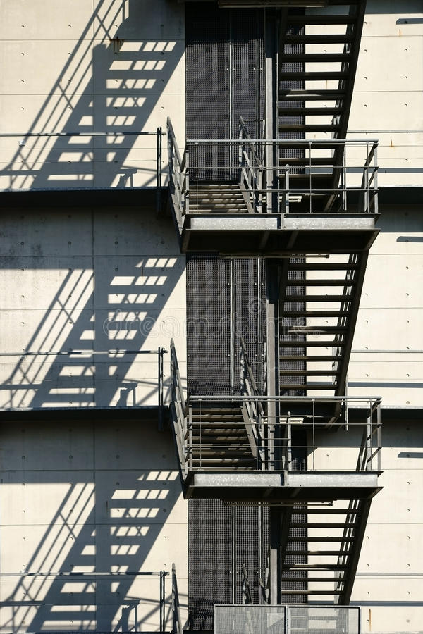 Download Η εξωτερική σκάλα πετά τις σκιές Στοκ Εικόνες - εικόνα από διαφυγή, επένδυση: 62702854