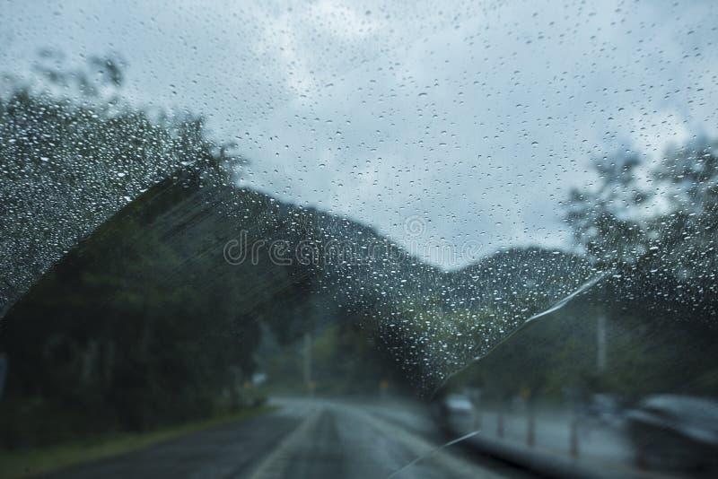 Η λεπίδα ψηκτρών σκουπίζει το νερό βροχής στοκ εικόνες