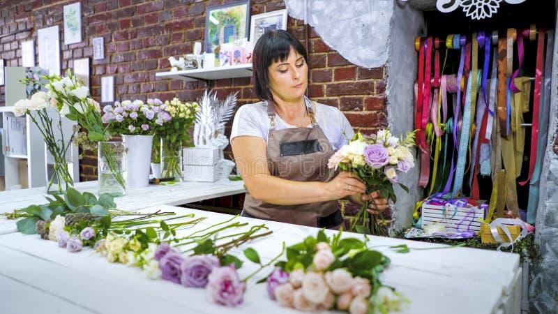 Η επαγγελματική επιλογή ανθοκόμων αυξήθηκε κλάδοι για τη ρύθμιση ανθοδεσμών λουλουδιών στο floral στούντιο σχεδίου στοκ εικόνες με δικαίωμα ελεύθερης χρήσης