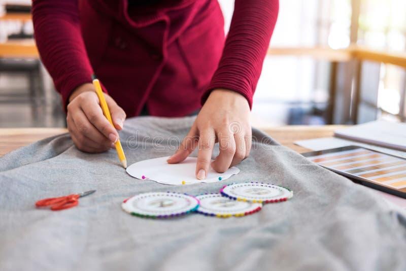 Η επαγγελματική εργασία σχεδιαστών μόδας του σχεδίου σκιαγραφεί projec στοκ φωτογραφία με δικαίωμα ελεύθερης χρήσης