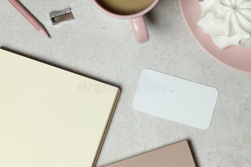 Η επαγγελματική κάρτα προτύπων με το έγγραφο βιβλίων σημειώσεων, ένα ρόδινο φλιτζάνι του καφέ, το μολύβι & sharpener στοκ εικόνες με δικαίωμα ελεύθερης χρήσης