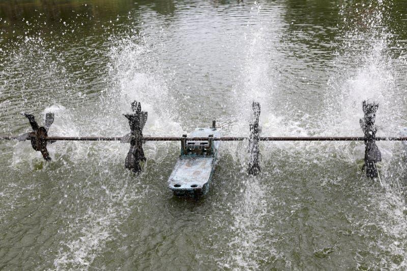 Η επεξεργασία απόβλητου ύδατος έχει το στρόβιλο νερού για την οξυγόνωση στο νερό στοκ εικόνα με δικαίωμα ελεύθερης χρήσης