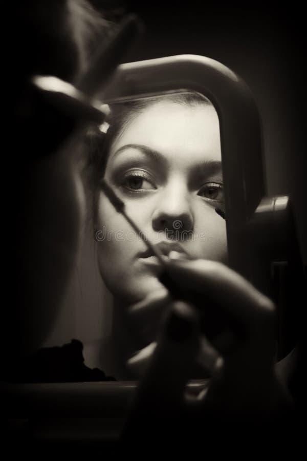 η επιβολή κάνει τον καθρέφτη την κοντινή επάνω γυναίκα στοκ φωτογραφία