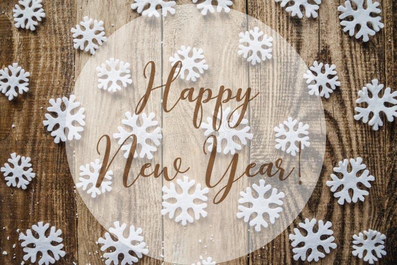 Η επιγραφή καλή χρονιά στο ξύλινο υπόβαθρο με άσπρα snowflakes στοκ εικόνες με δικαίωμα ελεύθερης χρήσης