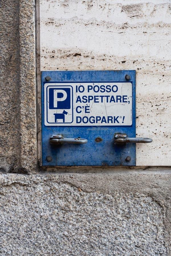 Η επιγραφή στο πιάτο στον τοίχο - μπορώ να περιμένω, υπάρχει χώρος στάθμευσης σκυλιών - στο Μιλάνο, Ιταλία στοκ φωτογραφίες