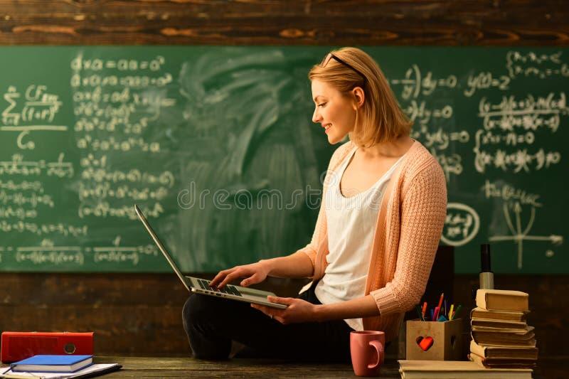 Η επιθυμία να βοηθήσει πρέπει να είναι στο δάσκαλο από τη φύση, όμορφος δάσκαλος που βοηθά το μαθητή στην τάξη στο δημοτικό σχολε στοκ φωτογραφίες με δικαίωμα ελεύθερης χρήσης