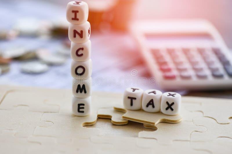 Η επιστροφή Concep επιστροφής αφαίρεσης φόρου εισοδήματος/οι φορολογικές λέξεις στα νομίσματα τορνευτικών πριονιών και υπολογιστώ στοκ φωτογραφία