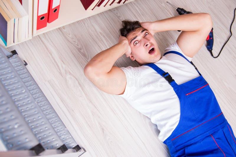 Η επισφαλής έννοια συμπεριφοράς με το μειωμένο εργαζόμενο στοκ φωτογραφίες