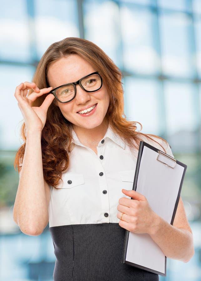 Η επιτυχής γυναίκα διορθώνει τα γυαλιά στοκ εικόνα με δικαίωμα ελεύθερης χρήσης