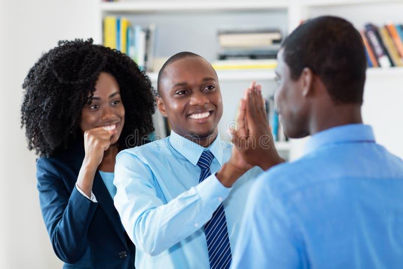 Η επιτυχής επιχειρησιακή ομάδα αφροαμερικάνων δίνει υψηλά πέντε στοκ εικόνες