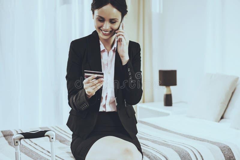 Η επιχείρηση κυρία Speaks Phone και κρατά την πιστωτική κάρτα στοκ φωτογραφία