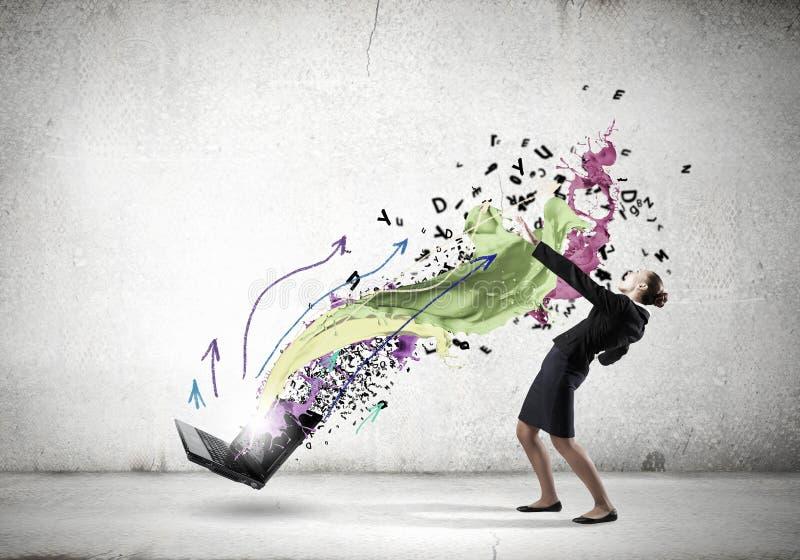 Η επιχειρηματίας αποφεύγει τις ιδέες παφλασμών στοκ εικόνα