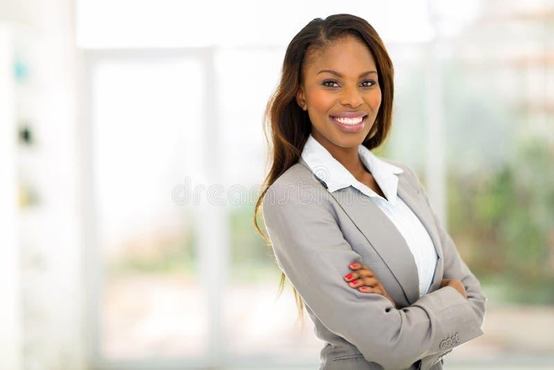 η επιχειρηματίας αφροαμερικάνων απομόνωσε το λευκό στοκ φωτογραφίες
