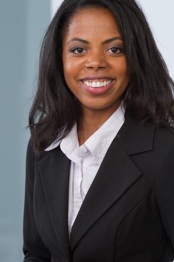 η επιχειρηματίας αφροαμερικάνων απομόνωσε το λευκό στοκ εικόνα