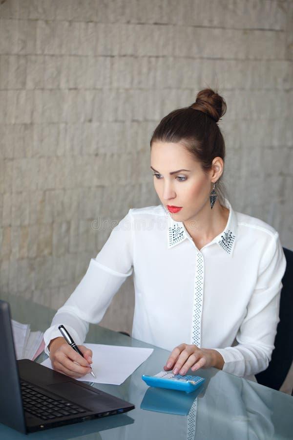Η επιχειρηματίας γράφει σε κενό χαρτί στοκ φωτογραφία με δικαίωμα ελεύθερης χρήσης