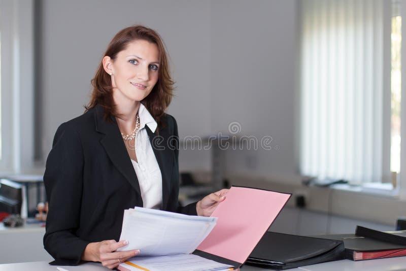 Η επιχειρηματίας ελέγχει τα έγγραφα στοκ φωτογραφία με δικαίωμα ελεύθερης χρήσης