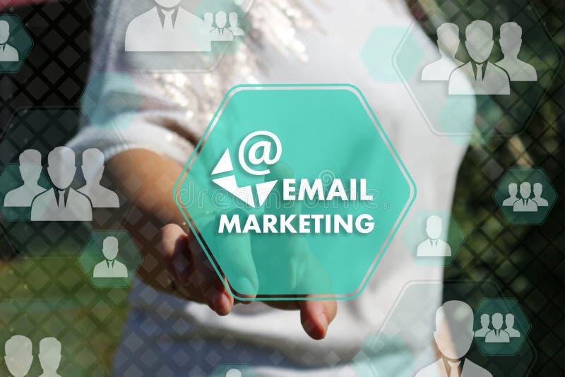 Η επιχειρηματίας επιλέγει το ΜΆΡΚΕΤΙΝΓΚ ηλεκτρονικού ταχυδρομείου στην οθόνη αφής με ένα φουτουριστικό υπόβαθρο r στοκ φωτογραφία