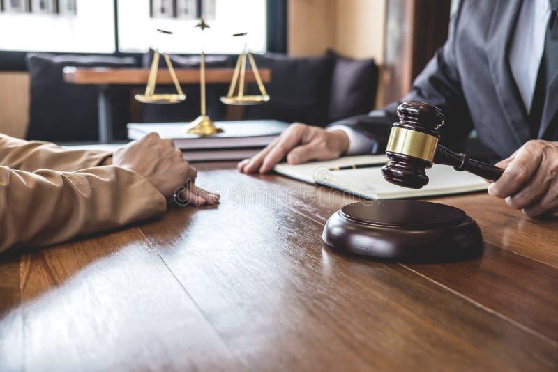 Η επιχειρηματίας και ο αρσενικός δικηγόρος ή ο δικαστής συσκέπτονται την έννοια τη διοργάνωση της συνεδρίασης των ομάδων με τον π στοκ φωτογραφίες με δικαίωμα ελεύθερης χρήσης