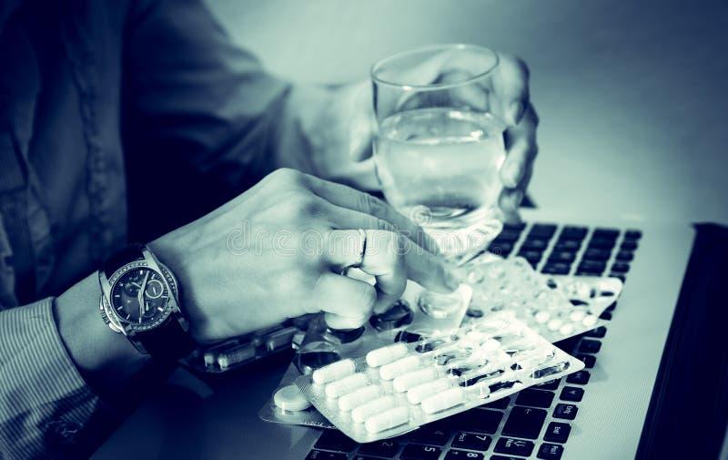 Η επιχειρηματίας πίνει τα φάρμακα, πίεση, πρόβλημα, που κουράζεται, ταμπλέτα, δυστυχισμένη, νεύρα, υπερβολική δόση στοκ εικόνες