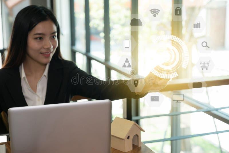 Η επιχειρηματίας παρουσιάζει λάμπα φωτός στο σύγχρονο γραφείο δημιουργικότητα, ταυτότητα στοκ εικόνες