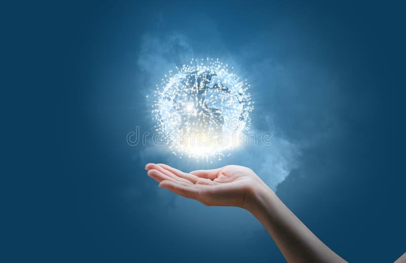 Η επιχειρηματίας παρουσιάζει παγκόσμιο κοινωνικό δίκτυο στοκ εικόνα με δικαίωμα ελεύθερης χρήσης