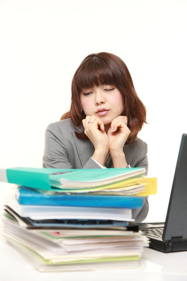 Η επιχειρηματίας συρρικνώνεται από την εργασία υπερωριών στοκ εικόνα με δικαίωμα ελεύθερης χρήσης