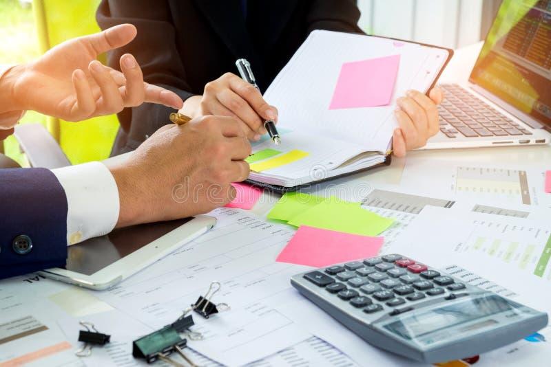 Η επιχειρησιακή έννοια, ανώτεροι υπάλληλοι καθοδηγεί τους γραμματείς, το secr στοκ φωτογραφία