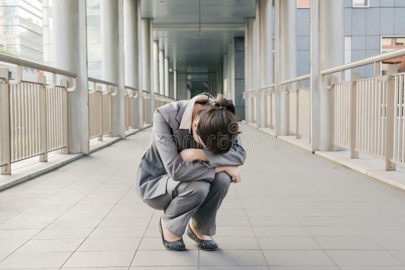 Η επιχειρησιακή γυναίκα αισθάνεται ανίσχυρη και θλίψη στοκ φωτογραφίες με δικαίωμα ελεύθερης χρήσης