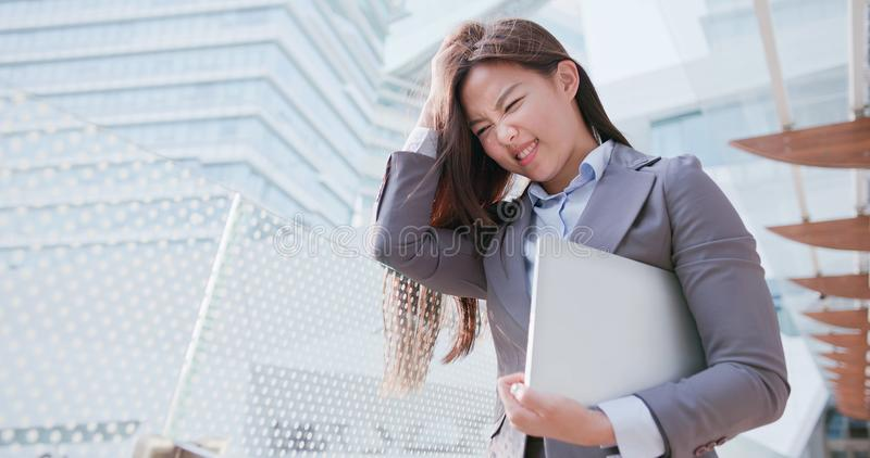 Η επιχειρησιακή γυναίκα αισθάνεται ότι συγχύσετε στοκ εικόνες με δικαίωμα ελεύθερης χρήσης