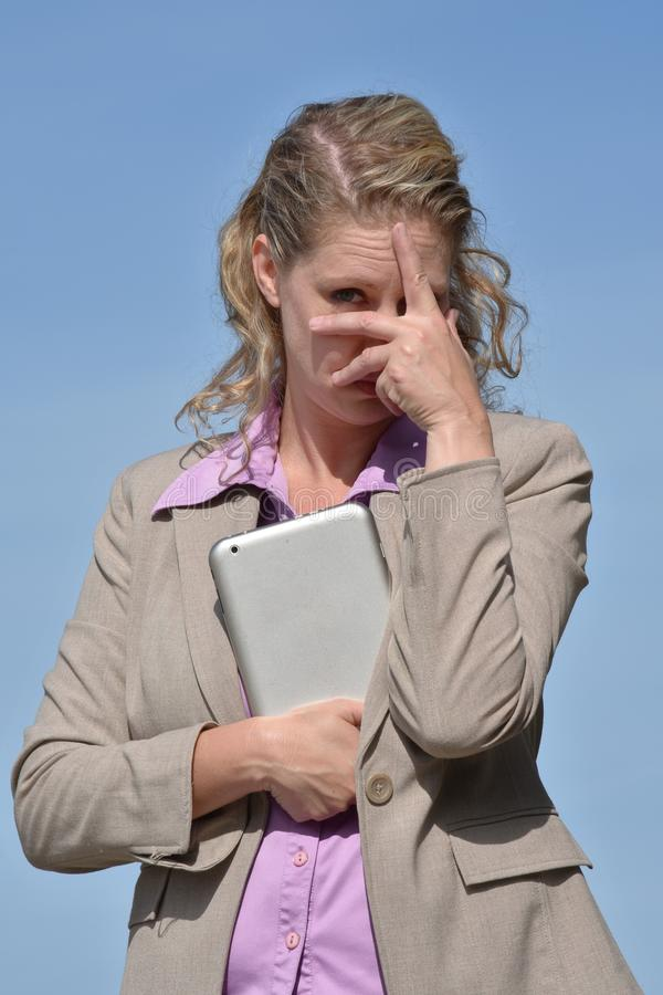Η επιχειρησιακή γυναίκα και φοβάται το κοστούμι στοκ φωτογραφίες