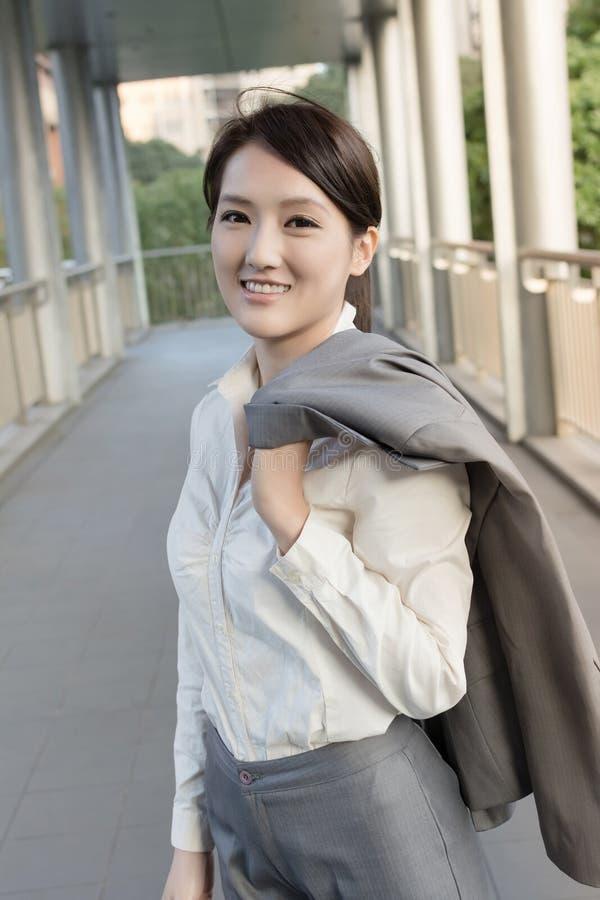 Η επιχειρησιακή γυναίκα πηγαίνει από την εργασία στοκ φωτογραφίες