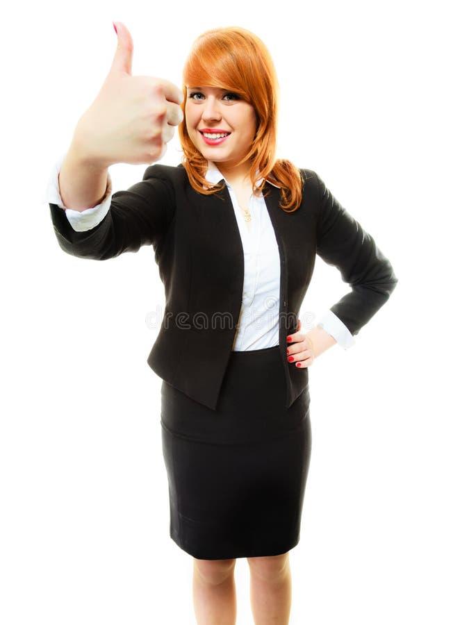 Η επιχειρησιακή γυναίκα που δίνει τον αντίχειρα υπογράφει επάνω στοκ εικόνα