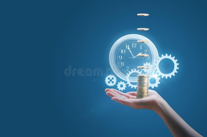 Η επιχειρησιακή γυναίκα στην παλάμη του χεριού σας κρατά τα χρήματα ρολογιών και τα εργαλεία, συμβολίζουν την επιτυχή και αποτελε στοκ φωτογραφία